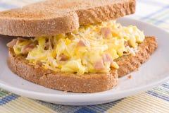 Panino della prima colazione dell'uovo & del prosciutto Immagini Stock Libere da Diritti