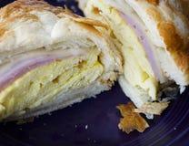 Panino della prima colazione dell'uovo e del prosciutto Immagini Stock Libere da Diritti