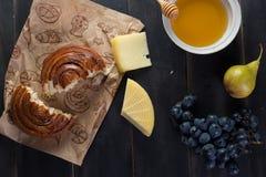 Panino della prima colazione di mattina, formaggio, miele dello swet e frutti Alimento casalingo Immagine Stock Libera da Diritti