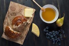 Panino della prima colazione di mattina, formaggio, miele dello swet e frutti Alimento casalingo Immagini Stock