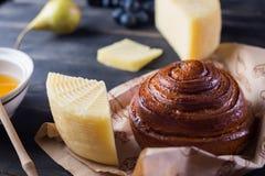 Panino della prima colazione di mattina, formaggio, miele dello swet e frutti Alimento casalingo Fotografia Stock Libera da Diritti