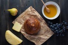 Panino della prima colazione di mattina, formaggio, miele dello swet e frutti Alimento casalingo Immagini Stock Libere da Diritti