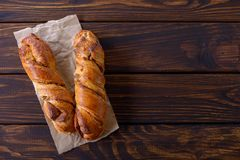 Panino di cannella casalingo dolce fresco due Immagine Stock