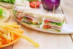 Panino di club con formaggio, il cetriolo marinato, il pomodoro ed il prosciutto luccio Fotografia Stock