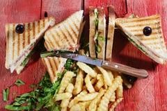 Panino di club con le patate fritte Immagine Stock