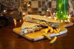 Panino di club del pollo con le patate fritte fotografia stock libera da diritti