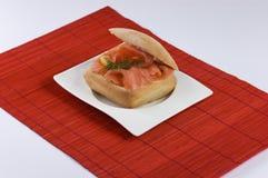 Panino di color salmone fotografia stock libera da diritti
