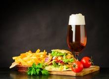 Panino di Doner Kebap con birra e le patate fritte Fotografie Stock Libere da Diritti