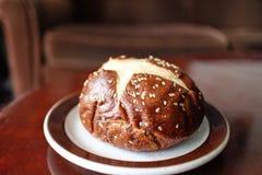 Panino di Kaiser della ciambellina salata con i semi di sesamo fotografia stock