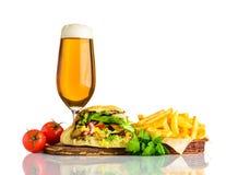 Panino di kebab di Doener con birra di vetro Immagine Stock