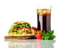Panino di kebab di Doner con cola fredda su bianco Fotografie Stock