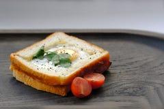 Panino di mattina con l'uovo ed i pomodori Immagini Stock Libere da Diritti