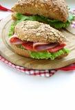 Panino di pane integrale con il prosciutto Immagini Stock