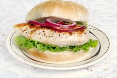 Panino di pollo cotto con le cipolle rosse Fotografia Stock