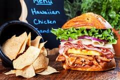 Panino di pollo e patatine fritte di tortiglia hawaiani immagine stock