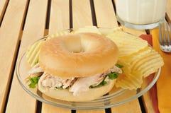 Panino di pollo su un bagel Fotografie Stock