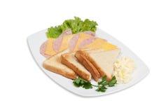 Panino di randello con pancetta affumicata e formaggio su una zolla Immagini Stock Libere da Diritti