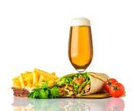 Panino di Shawarma con birra di vetro su fondo bianco Immagini Stock