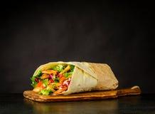 Panino di Shawarma su fondo scuro Immagine Stock