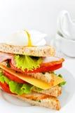 Panino fresco con bacon e l'uovo affogato Fotografia Stock