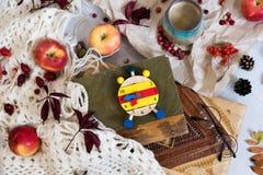 Panino fresco della pasticceria, tazza di caffè caldo e foglie di autunno su fondo di legno Parola di legno AUTUNNO delle lettere Immagine Stock Libera da Diritti