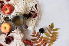 Panino fresco della pasticceria, tazza di caffè caldo e foglie di autunno su fondo di legno Parola di legno AUTUNNO delle lettere Fotografia Stock
