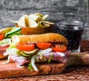 Panino imbottito italiano con il prosciutto e le verdure Fotografie Stock