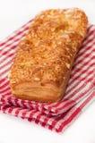 Panino italiano con formaggio sulla tovaglia rossa della cucina Fotografie Stock Libere da Diritti