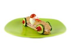 Panino lungo con il prosciutto, il formaggio, i pomodori, il cetriolo e l'uovo per i bambini Immagini Stock