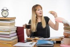 Panino molto felice affamato dell'insegnante con caffè Immagine Stock Libera da Diritti