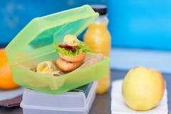 Panino nel contenitore di alimento, in succo nella bottiglia e nel nearb della mela Fotografia Stock Libera da Diritti