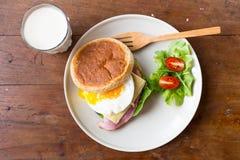 Panino in piatto bianco sulla tavola di legno Immagini Stock