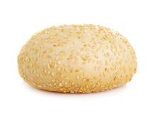 Panino rotondo con i semi di sesamo su un fondo bianco Fotografia Stock