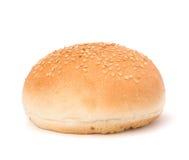 Panino rotondo del panino con i semi di sesamo Fotografie Stock Libere da Diritti