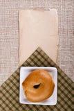 Panino rotondo su un piatto quadrato Immagine Stock