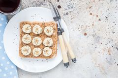 Panino sano della prima colazione con burro di arachidi croccante, banana fotografia stock