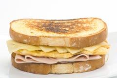 Panino saporito dell'omelette del formaggio e del prosciutto Immagine Stock