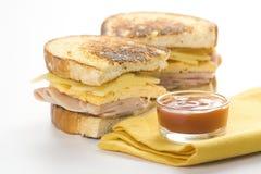 Panino saporito dell'omelette del formaggio e del prosciutto Immagini Stock