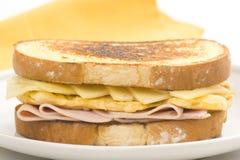 Panino saporito dell'omelette del formaggio e del prosciutto Fotografie Stock
