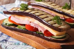 Panino senza pane con gli ortaggi freschi, il prosciutto ed il formaggio Immagini Stock