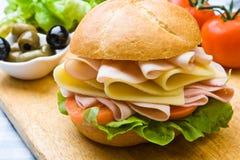 Panino squisito del prosciutto, del formaggio e dell'insalata Fotografie Stock Libere da Diritti