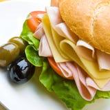 Panino squisito del prosciutto, del formaggio e dell'insalata Fotografia Stock Libera da Diritti