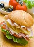 Panino squisito del prosciutto, del formaggio e dell'insalata Immagini Stock Libere da Diritti