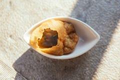Panipuri bestaat uit een ronde, holle puri, gebraden kernachtig en gevuld met een mengsel van op smaak gebracht royalty-vrije stock afbeelding