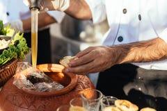 Panipuri bestaat uit een ronde, holle puri, gebraden kernachtig en gevuld met een mengsel van op smaak gebracht royalty-vrije stock foto's