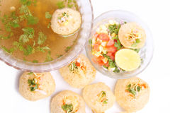 Panipuri som är välfylld med det smakliga mellanmålet och sallad royaltyfri fotografi