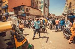 Paniquez sur la rue avec la foule des personnes et des véhicules occupés, faisant l'embouteillage image stock