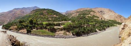 Panj ή ποταμών και Pamir Amu Daria βουνά Τατζικιστάν στοκ φωτογραφίες