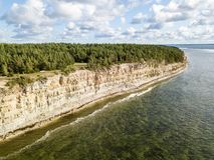 Pank costiero del Panga della scogliera del Panga, riva del nord dell'isola di Saaremaa, vicino a Kuressaare, l'Estonia Scarpata  fotografia stock libera da diritti