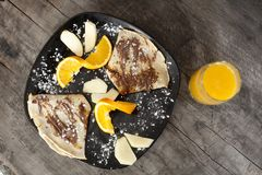 pankakes και χυμός από πορτοκάλι, εκλεκτής ποιότητας ξύλινο υπόβαθρο Στοκ φωτογραφία με δικαίωμα ελεύθερης χρήσης
